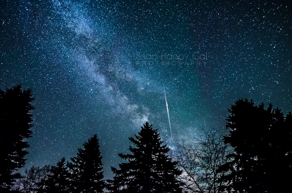 Photo: A meteor streaks through the Milky Way